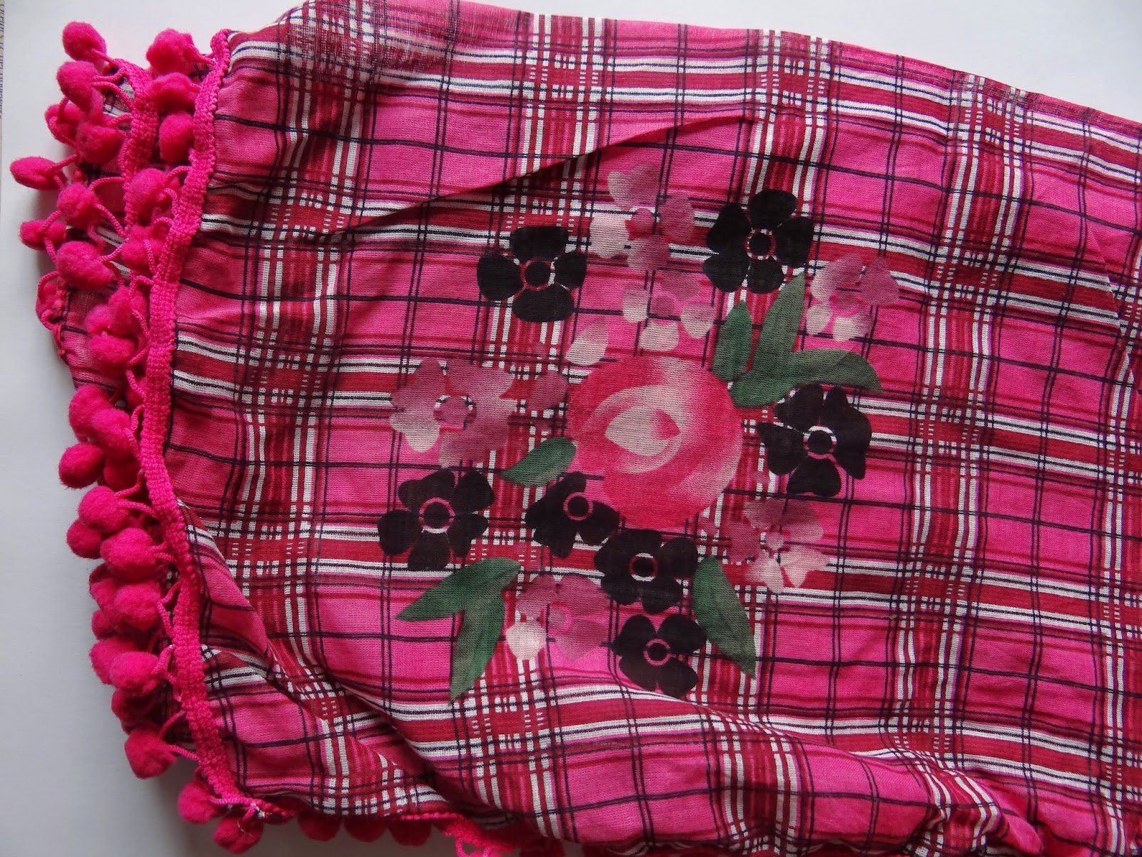 scarf sjaal shawl pink roze pompoms