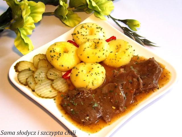 Stek wołowy w sosie z kluskami śląskimi .