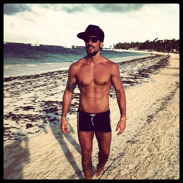 """Marcos Mion em Punta Cana: """"Da cor do pecado"""", tuitou o apresentador"""