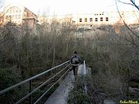 Creuant el Llobregat per la palanca de la Colònia Vidal. Autor: Carlos Albacete