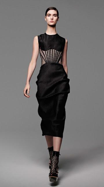 Alexander McQueen, se inspira en la miel y las abejas,  para vestir a una mujer femenina y muy sensual, esta es la propuestas de  primavera verano 2013 2