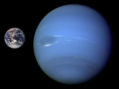Comparación a escala de los tamaños de la Tierra y Neptuno