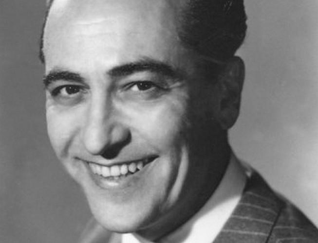 Hugo del Carril sonriendo en blanco y negro