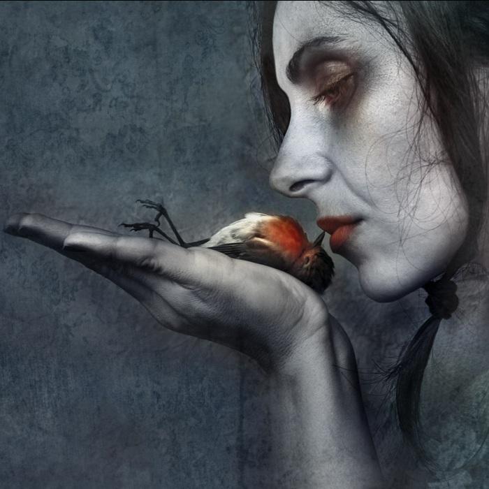 Kvinde kysser død fugl