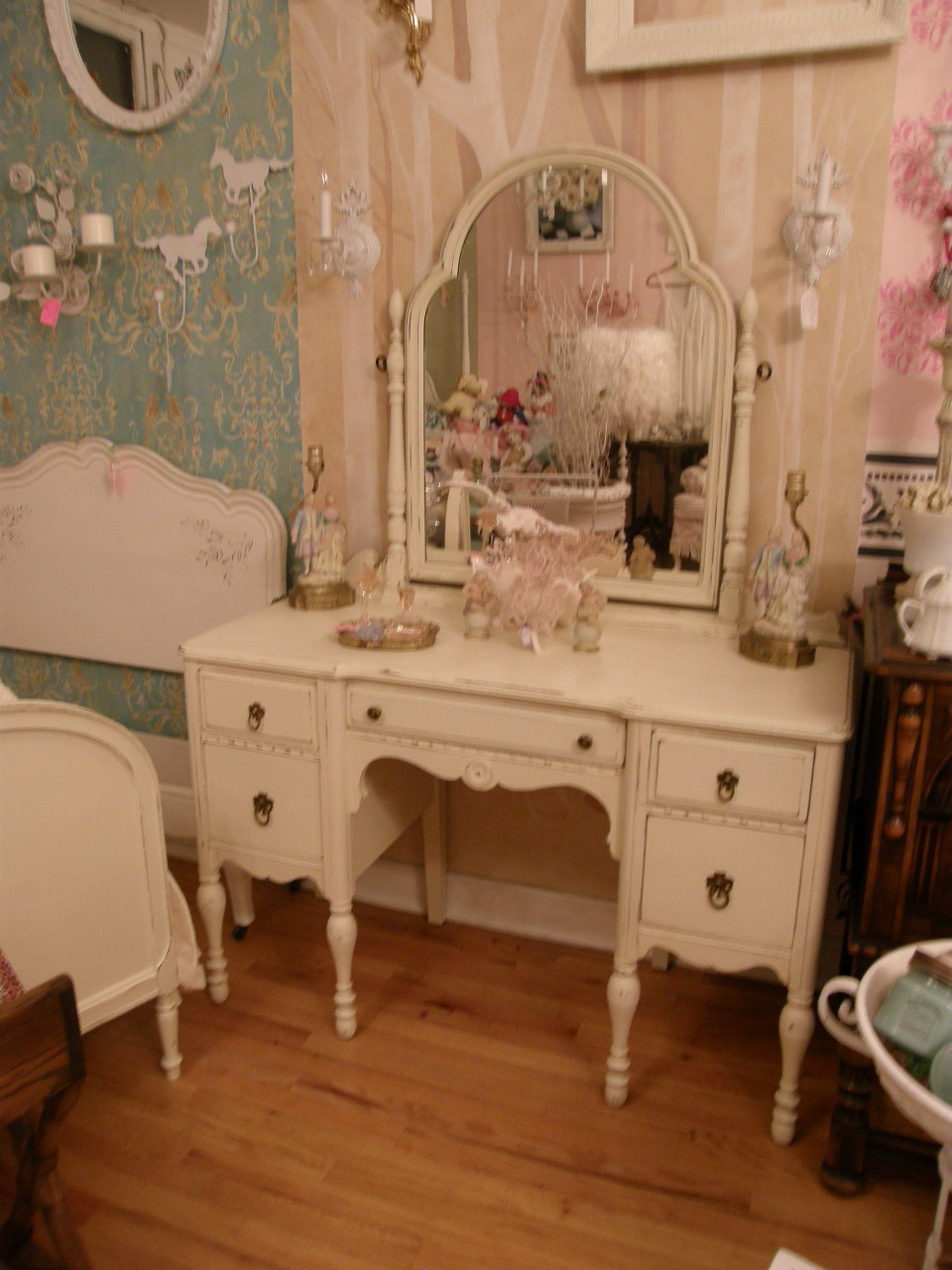 vintage style shabby chic dressing tables i heart shabby chic. Black Bedroom Furniture Sets. Home Design Ideas