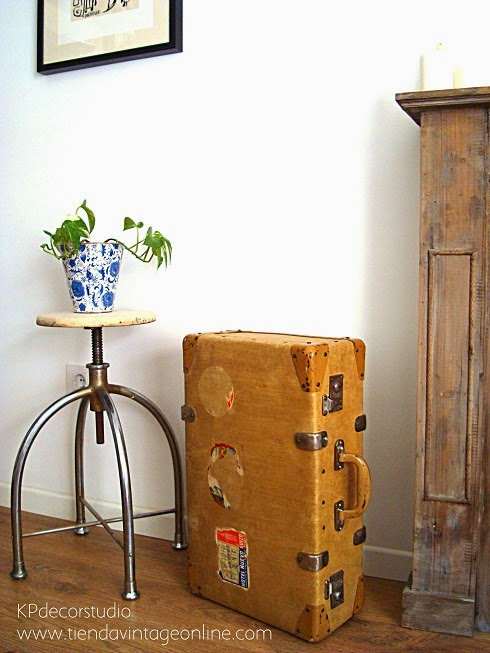 Maletas antiguas para decoración. Maleta vintage con pegatinas de hoteles.