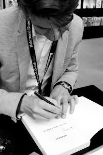 Laurens De Meyer signeert op de boekenbeurs in Antwerpen 2015.