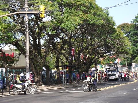 batedores da EPTC organizando o trânsito para a largada do Passeio Ciclístico