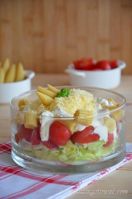 Sałatka warstwowa z pomidorami i kukurydzą