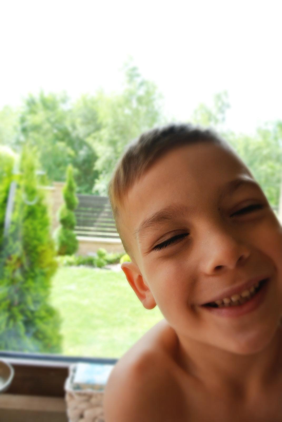 chłopiec,radość,śmiech dziecka,spirala,tuja spirala,cięcie spirali