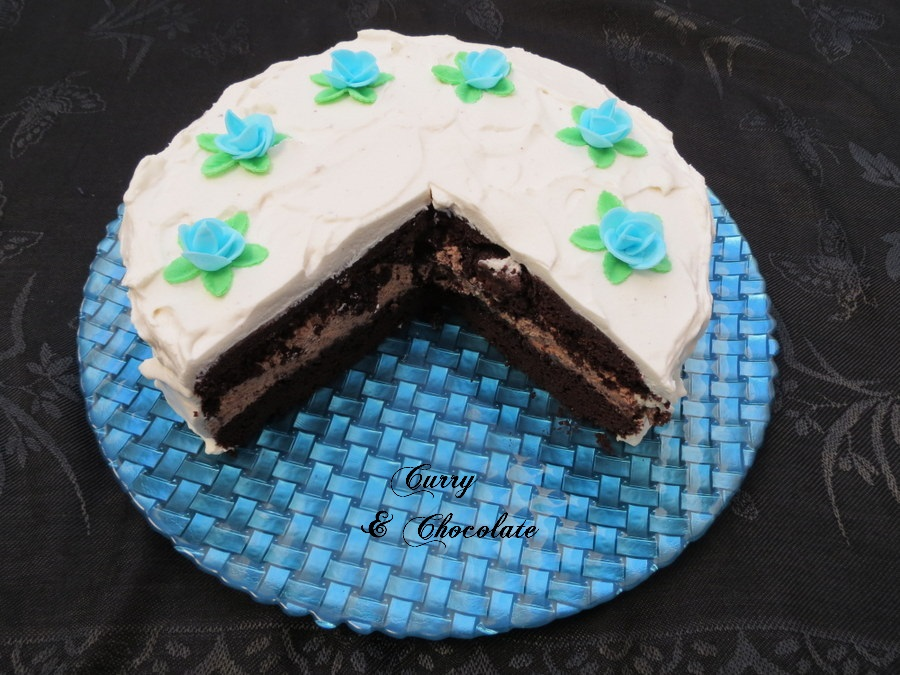 Tarta de chocolate rellena de trufa de chocolate y cubierta de nata montada