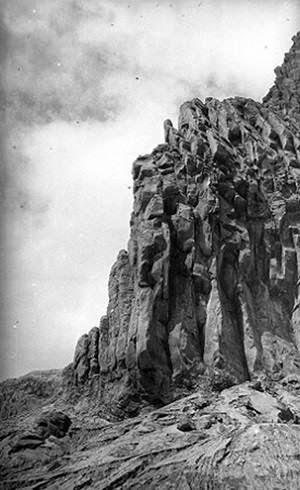 Susunan batu dalam bentuk pipa organ di kawah Gunung Kelud April 1919.