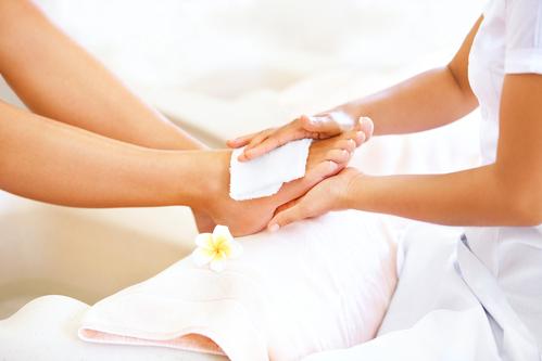गर्भवती महिला के पैरों में सूजन के लक्षण कारण देशी उपचार