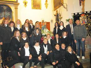 EL CUEPO DE COSTALERAS DE LA VIRGEN DE LA CANDELARIA , JUNTO AL VOCAL DE COSTALEROS Y EL CAPATAZ