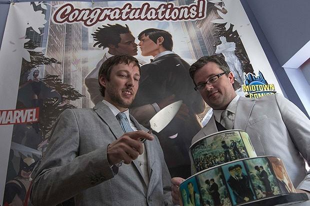 Com a capa da edição ao fundo Welker e Everhart cortam o bolo do casamento (Foto: Adrees Latif/Reuters)