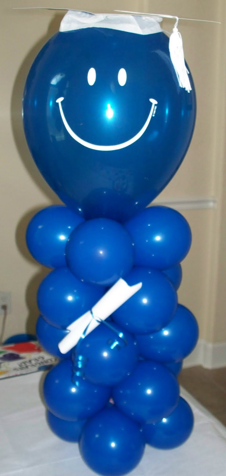 Graduation balloon centerpiece car interior design for Balloon decoration ideas for graduation