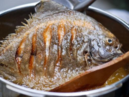 Mẹo hay khi rán cá mà không bị bắn và sát chảo
