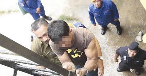 SUSPEK dibawa keluar dari dalam lubang di Sungai Klang berhampiran Pasar Seni.