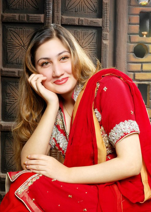 looking at cute pashto new singer urooj mohmand she sing pashto songs