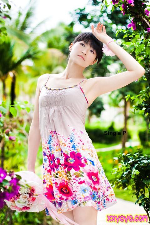 夏季美女的阳光 xià jì měi nǚ de yáng guāng - Summer girl sunshine 我只有微笑的送你走 (wǒ zhǐ yǒu wēi xiào dí sòng nǐ zǒu) - I can only send you off with a smile 把眼泪留在心头 (bǎ yǎn lèi liú zài xīn tóu) - But the tears stay in my heart
