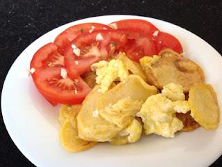 Menú Me apaño con cualquier cosa Tomates aliñados y Patatas revueltas con huevo