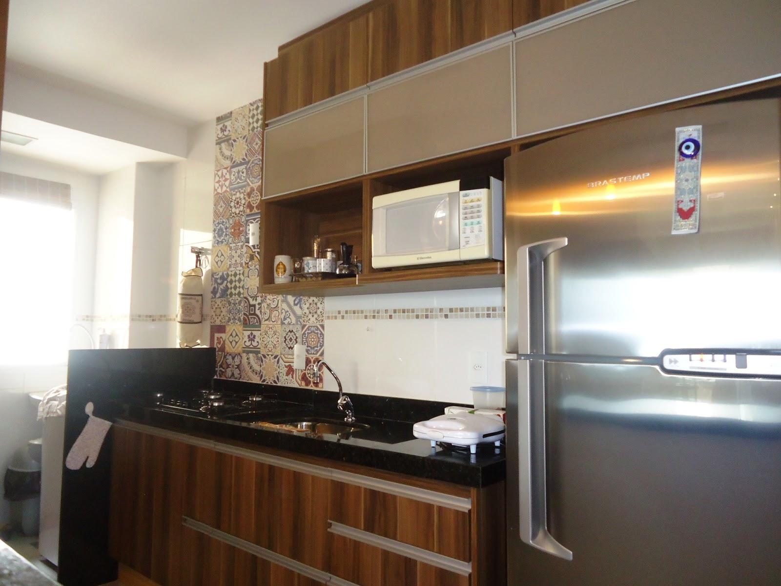 Na cozinha foi trabalhado armários em MDF amadeirado com vidro  #64442A 1600 1200