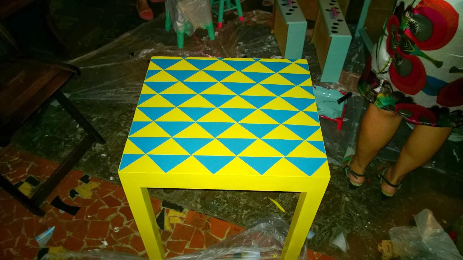 mesa com triângulos amarelos e azuis - oficina Mão na Massa - blog Casa de Colorir