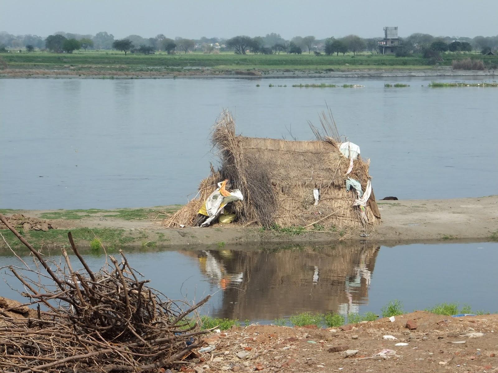 шалаш в Индии на берегу реки