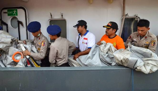 Tangga darurat AirAsia yang ditemukan (VIVAnews/Ikhwan Yanuar)