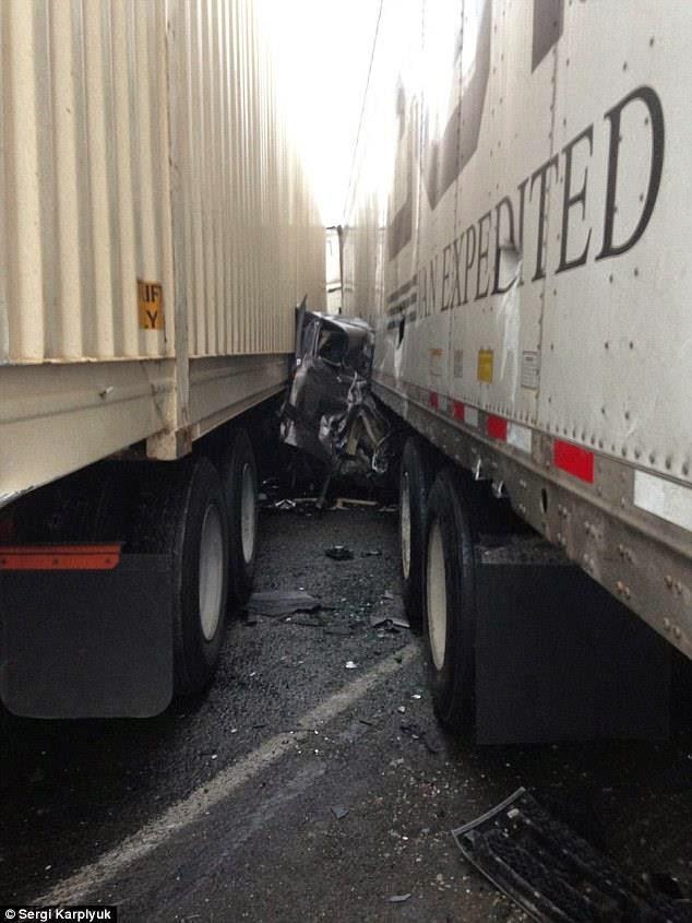 سائق سيارة شيفرولية سيلفرادو ينجو من الموت بين شاحنتين كبيرتين
