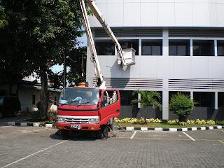 pembersihan dinding gedung