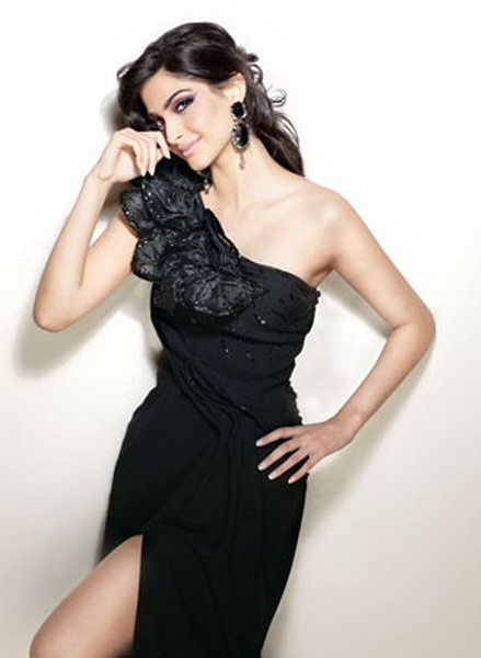 Sonam Kapoor Glamorous Wallpapers Players Movie 2012 Wallpaper