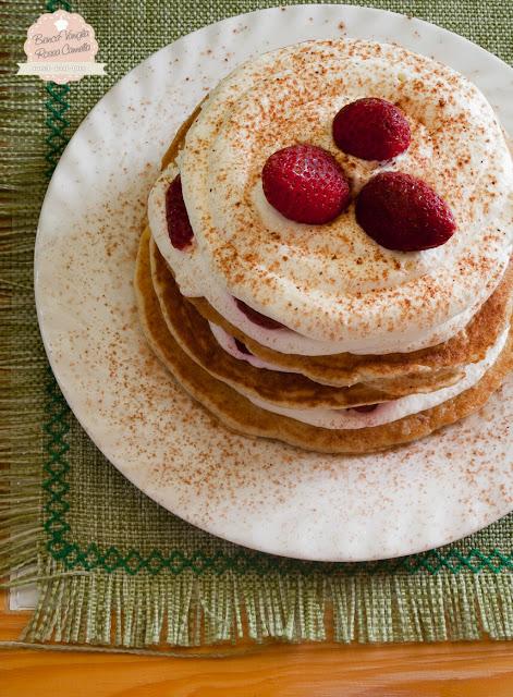 pancakes integrali con crema diplomatica e fragole