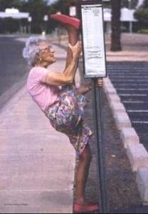 nenek menguatkan otot paha.