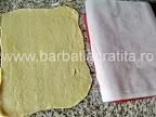 Prajitura cu crema caramel Preparare reteta - foaia si dosul tavii acoperit cu hartie de copt