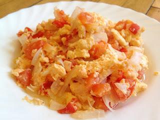 Xi Hong Shi Chao Ji Dan Huevos revueltos con tomate y cebolleta