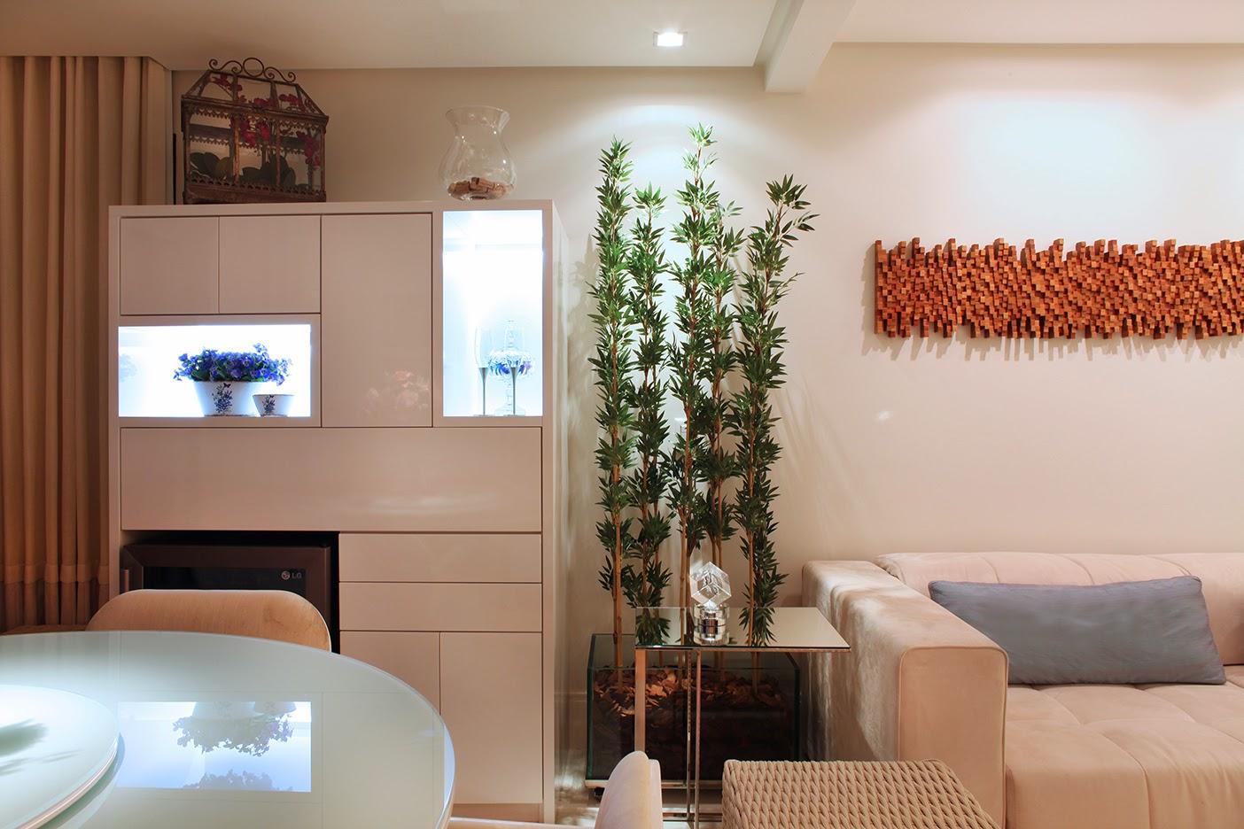 Na sala de estar a bela escultura de madeira de Isabela Castello faz  #9B5230 1404x936 Banheiro Com Lavatorio Externo