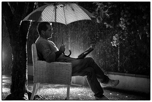 lectura de fin de semana de otoño lluvioso