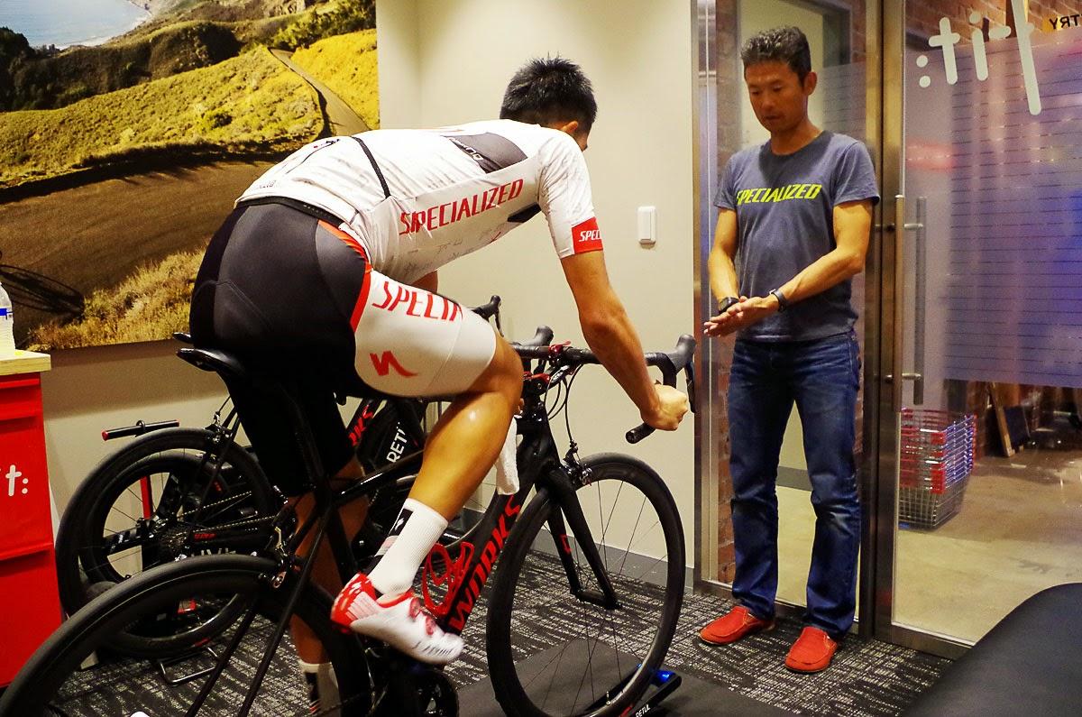 山本幸平の全日本ロード挑戦。竹谷賢二がフィッティングを行い、機材を調整する。
