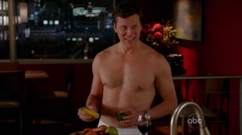 Hayes MacArthur Shirtless in Happy Endings s2e07