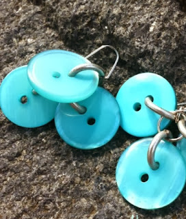 http://translate.google.es/translate?hl=es&sl=en&tl=es&u=http%3A%2F%2Fbuttonsgaloreandmore.net%2Fbutton-earrings%2F