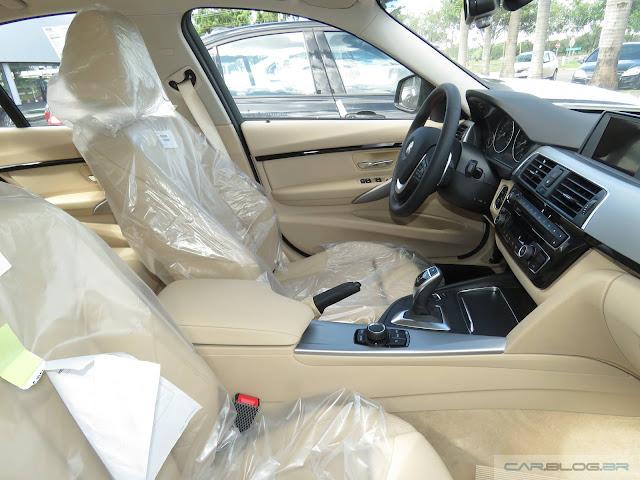 Novo BMW 320i 2016 - Brasil - interior bege