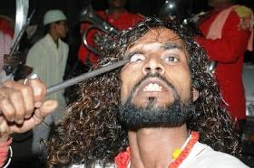 congkel mata, mencongkel mata, tradisi congkel mata, tradisi india, congkel mata india