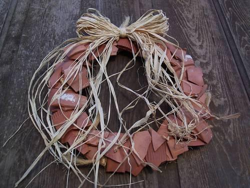 corona-navidad-trozos-maceta-rota-reciclada