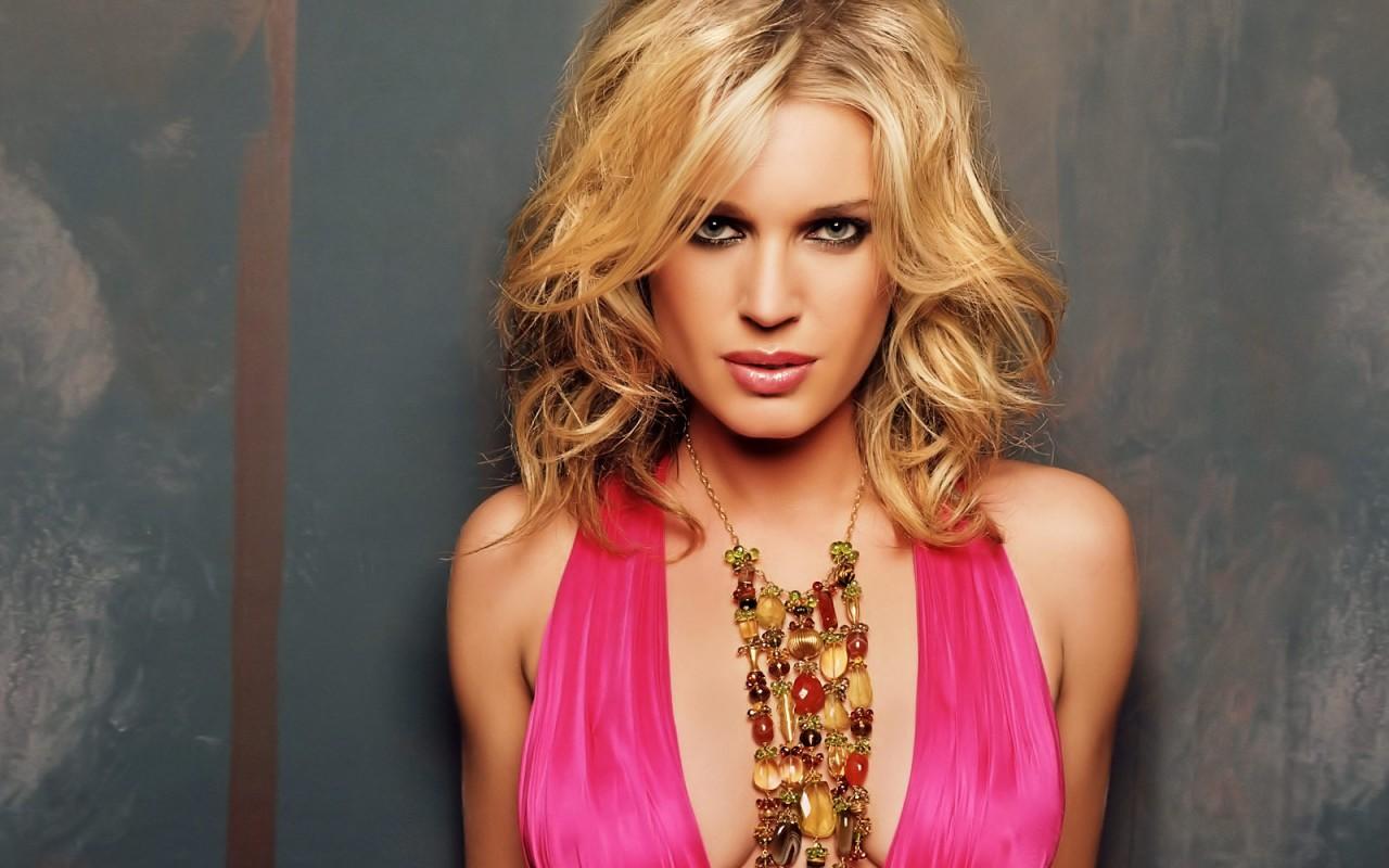 http://1.bp.blogspot.com/-EH7ojvn728A/T0PXeBZAbwI/AAAAAAAAEWo/RIFUoAtdxDE/s1600/Rebecca-Romijn-2012-styles.jpg