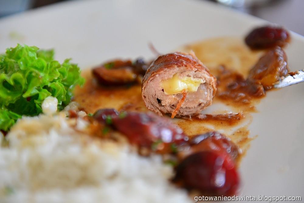 Polędwiczki z camembertem w sosie śliwkowym