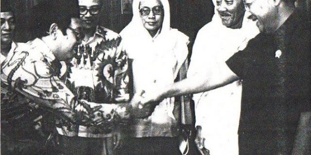 Kisah Seru Mufaraqahnya KH As'ad Syamsul Arifin dari Gus Dur