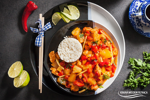 sos słodko kwaśny, kurczak w sosie słodko kwaśnym, kurczak z ananasem, dania z kurczakiem, dania z mięsem, papryka w sosie, kraina miodem płynąca