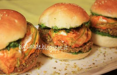 miniburger di sgombro e olive con fiori di zucca ripieni e pesto di rucola