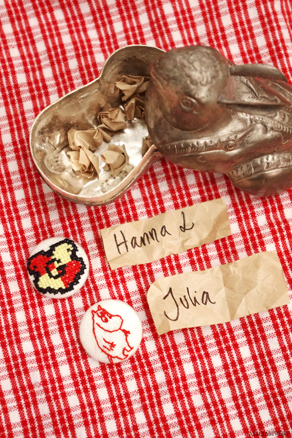 aliciasivert, alicia sivert, alicia sivertsson, broderi, embroidery, needlework, textile, craft, hantverk, slöjd, hand made, diy, do it yourself, alster och makeri, cross stitch, korsstygn, korsstygnsbroderi, julklapp, utlottning, julklappsutdelning, julklappsutlottning, give away, knapp, button, harry potter, hogwarts, gryffindor, hufflepuff, slytherin, ravenclaw, crest, sköld, vapen, kanin ask, kaninask, burk